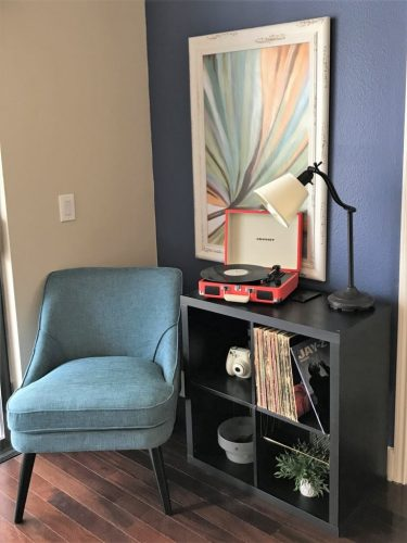 How to decorate a small apartment - add color