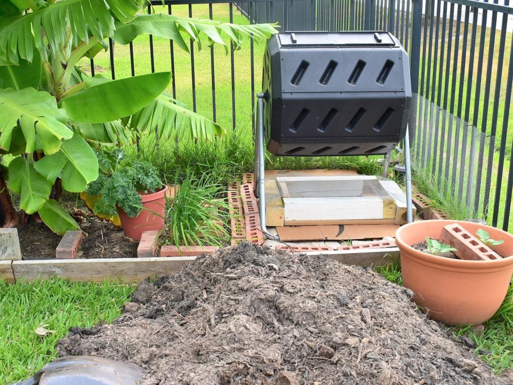 Compost bin with DIY compost sifter