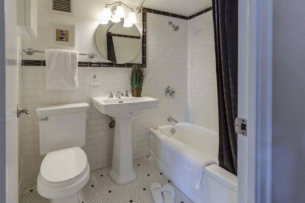 Bathroom decorating mistake #4 - no storage